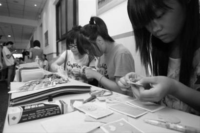 学生社团在展示手工技艺 晚报 刘祥 现场图片