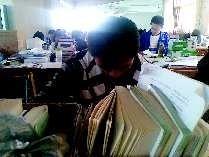 正在自习室里备考的学生们。