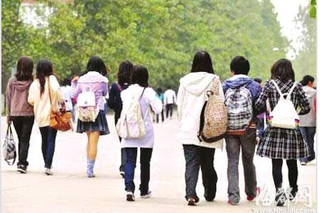 热议:大学生上学要求必须背书包(图)