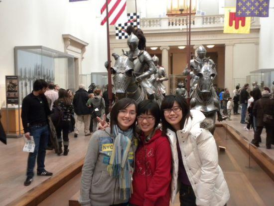 裴宁(中)和同学在国外