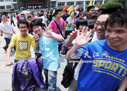 高考生走出考场 首席记者袁征摄