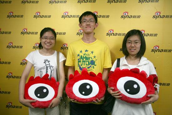 从右到左:北京市文科状元伊思昭、北京市理科状元梁思齐和北京市文科榜眼施沁汝