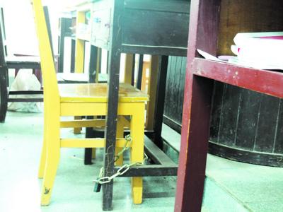 一些座位甚至被锁以防被占。周华 摄