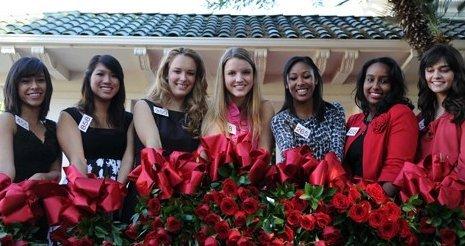 """当地时间10月10日上午,2012年玫瑰选拔赛(2012 Tournament of Roses)七位玫瑰公主""""诞生"""",组成新一届的玫瑰宫廷(Royal Court)。祖籍香港的17岁华裔女孩雷美仙(左二)入选。"""