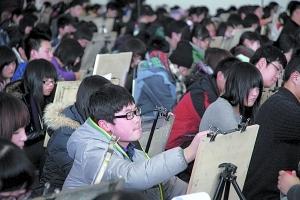 近两万名考生聚集在山东省济南舜耕会展中心进行美术考试。CFP供图