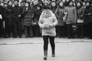 在山东劳动职业技术学院考点,一位考生微笑着走入考场
