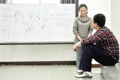 候考室内,报考导演系的学生们聚在一起,说着各自的戏该如何导演。