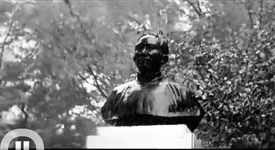 风雨中的蔡元培雕像。北大宣传片截屏