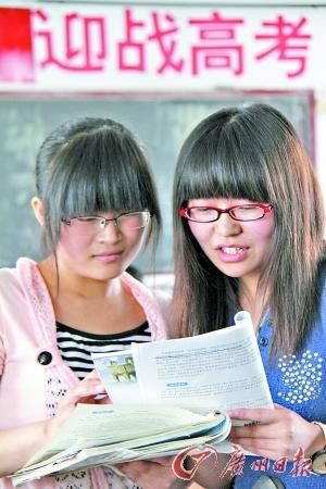 高三学生已进入繁忙的考试季,要学会根据自己的弱势调整复习方向。新华社发