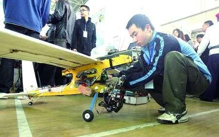 参赛选手在调试无人机 记者 邹飞 摄