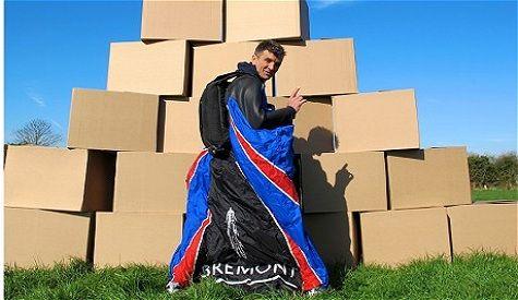 """康纳利仅穿滑翔服跳下飞机,平安""""降落""""到一堆纸箱上"""