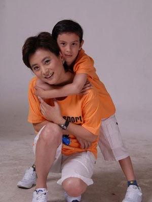 李玲玉与儿子一起成长
