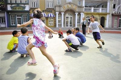 7月10日,某学校的暑期托管班,孩子们做游戏。新京报记者 李飞 摄