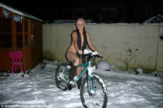 裸身骑自行车