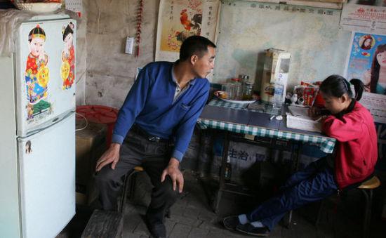 图片摄于2006年吴曹颖(音)在父亲的陪伴下学习英文 原图来自纽约时报