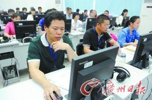 评卷老师在认真阅卷。记者庄小龙 摄