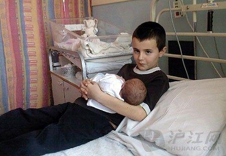 新西兰惊现11岁少年父亲 与同学36岁母亲产子