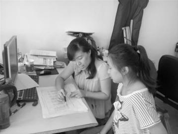 三中一位老师正在指导学生填报志愿。记者李春红 摄
