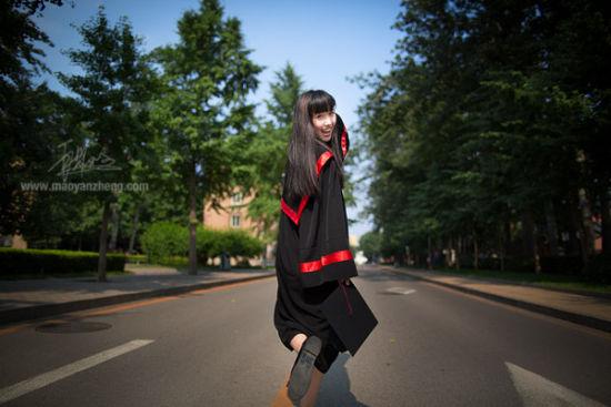 2013年06月23日下午,北京,人大主页一改往日严肃风格,刊登出一张单人美女毕业生图片,在网上引发强烈关注,引发好评如潮。摄影/毛岩政