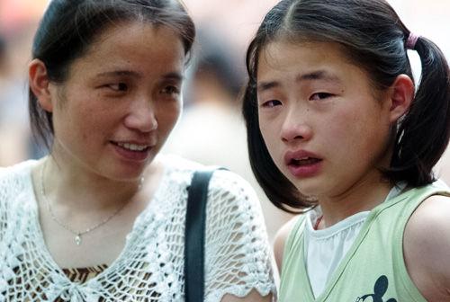 2005年6月25日,南京,小升初电脑派位现场,一名女生没派到合适的初中, 哭了起来。摄影/石睿 供图/IC