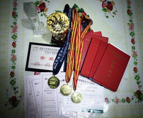 一名北京小学生获得的奥数竞赛等奖状奖牌。虽然教育部门年年禁奥数, 但因切不断奥数与升学的关系,奥数年年火爆。摄影/双木 供图/IC