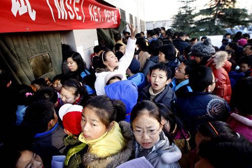 """2009年11月,北京小升初孩子和家长2000多人拥堵在""""剑桥英语考试KETPET""""考点, 场面一度失控。而共建生通过权钱搭线,可以优先获得优质教育资源。供图/IC"""