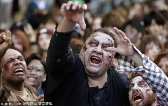 当地时间2013年10月31日,日本东京,市民打扮成僵尸欢庆万圣节。