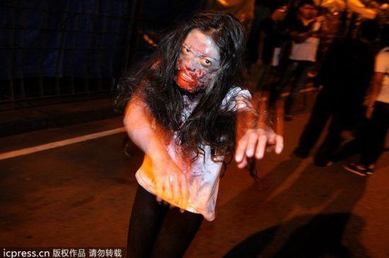 当地时间2013年10月31日,菲律宾马尼拉,市民打扮成僵尸欢庆万圣节。