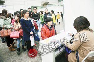 一家用人单位展位前排起了等待面试长龙。 记者 陈林 摄