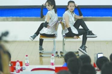 """""""最美研究生""""秦亚菲(左)在才艺展示环节表演动感十足的舞蹈。"""