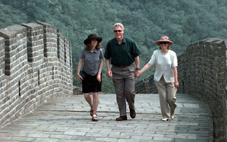 Former US President Bill Clinton, first lady Hillary Rodham Clinton, and daughter Chelsea laugh as they stroll along a section of the Great Wall of China, June, 1998. 1998年6月,美国前总统比尔・克林顿和第一夫人希拉里・罗德海姆・克林顿以及女儿切尔西在长城漫步。