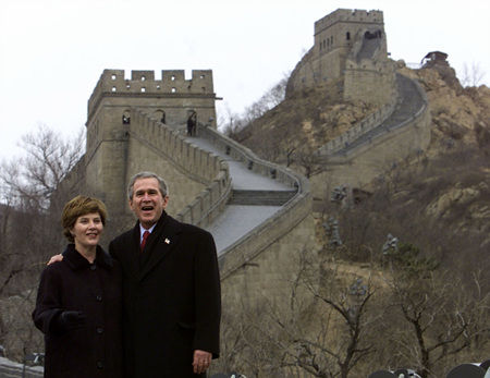 Former US President George W. Bush and his wife Laura take a tour of the Great Wall of China, Friday, Feb 22, 2002, in Badaling, China. 2002年2月22日,美国前总统布什与妻子劳拉游览中国长城。