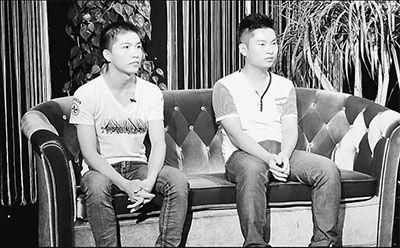 两人接受采访,左为柳艳兵,右为易政勇。 记者 任江华摄