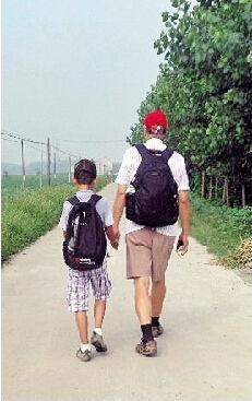 图为:走在乡间的小路上