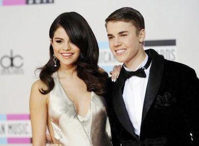 Selena Gomez and Justin Bieber 两人于2011年年初开始交往,2012年11月被传分手,后经《人物》杂志确认。但是最近,戈麦斯被拍到与比伯同游加拿大,并传两人已私定终身。