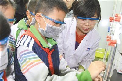 朝阳区第二实验小学的学生在家乐福参与食品安全监测,体验化验员的工作。资料图片