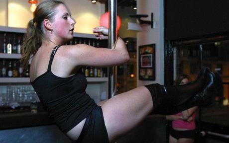 剑桥开设钢管舞课程为学生减压。