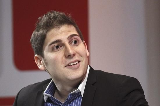 爱德华多-萨维林,爱德华多-萨维林(葡萄牙语:Eduardo Saverin,1982年3月13日-),是一名巴西企业家。他与马克-扎克伯格等人一同创办了facebook。截至2011年1月4日,他拥有百分之5,价值12亿美金的股份。