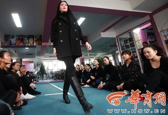 已经在大学就读服装表演专业的学姐为考生们现场指导考试要点