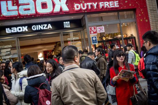 2月20日,一群中国游客下了旅游大巴,等待进入一家日本免税商店。
