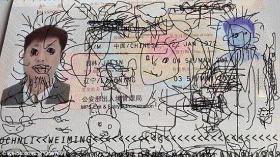 """护照遭""""熊孩子""""涂鸦 男子被困韩国(双语)"""