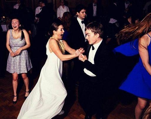 在格顿学院的舞会中跳舞。