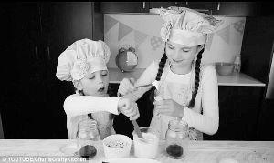查莉和阿什莉正在教大家做蛋糕。