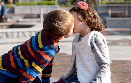 美7岁小学生校园接吻引警方调查