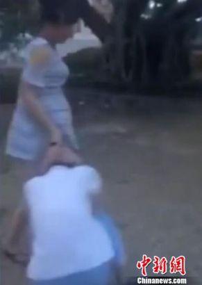 年轻孕妇抓着初中生的头发。 视频截图 摄