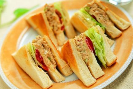 第一天早餐:金枪鱼三明治