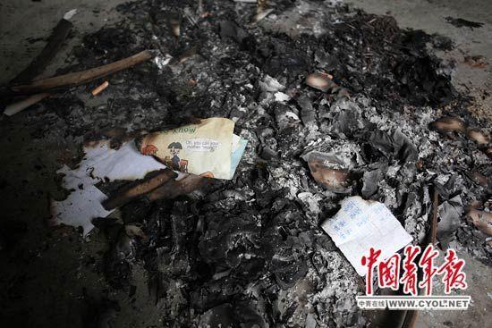 事发现场,4兄妹焚烧了自己的作业本和学习文具。本报记者 白皓摄