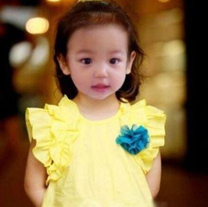 小四月一身黄裙甚是可爱