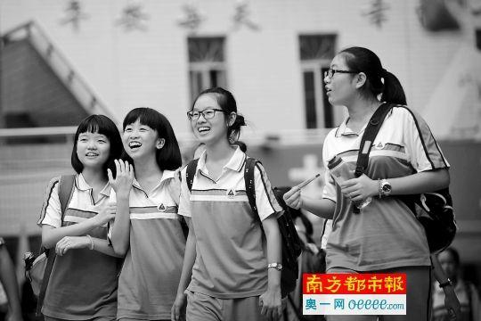拱北中学考点,学生考完最后一科后走出考场。南都记者 叶志文 摄