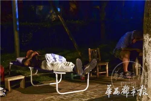 凌晨12点,一位家长已经在躺椅上打起了呼噜,另一位也抱着背包进入梦乡